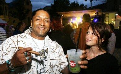 """<p class=""""artikelinhalt"""">Der Kubaner Jorge Luis Ruiz fühlte sich mit Freundin Katrin Meyer auf dem Kornmarkt zur Havanna Club Night wohl. </p>"""
