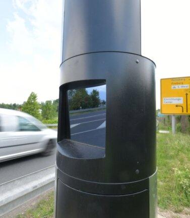 Löst ab 64 Kilometer pro Stunde aus: der stationäre Blitzer an der B 101 an der Autobahnanschlussstelle bei Siebenlehn.