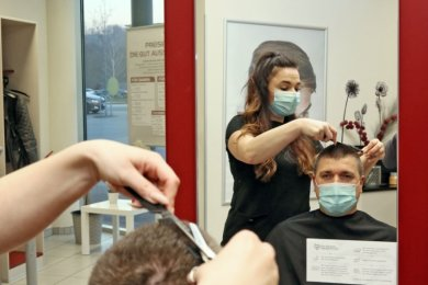 """Friseurin Susann Eisenschmidt vom Zwickauer Salon """"Styleboxx"""" kümmert sich um Kunde Jens Treiber, der zuletzt Mitte Dezember zum Haarschneiden war. In den nächsten zwei Wochen gibt es kaum noch freie Termine."""