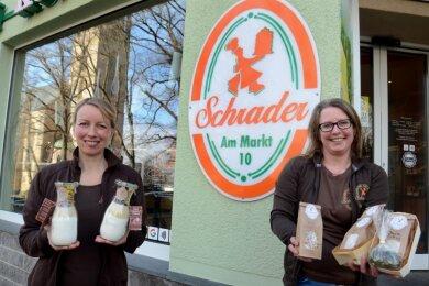 Diane Kaiser (links) und Isabel Bolz von der Konditorei/Bäckerei Schrader in Falkenstein mit eigens für den Online-Shop kreierten Cookie- (in Gläsern) und Brotbackmischungen.