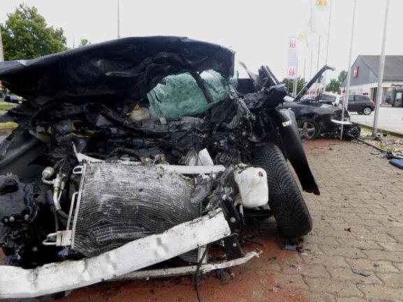 Der Audi stieß frontal mit einem entgegenkommenden Opel zusammen.