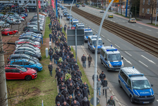 Teilnehmer der Beisetzung von Thomas H. auf dem Weg zum Friedhof. Die Polizei war mit 950 Beamten im Einsatz.