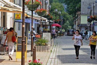 In der Glauchauer Fußgängerzone regt sich Leben.