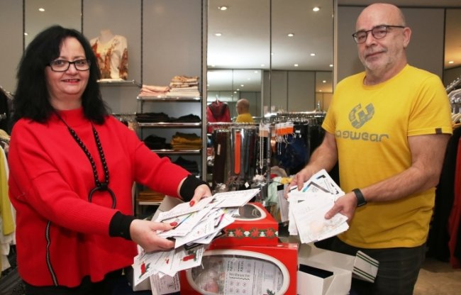 Gabriela Krauthahn und Jörg Troidl vom Gewerbeverein haben am Sonntag die Karten sicher verwahrt.