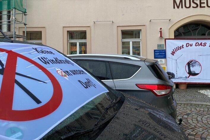 Schon vor Wochen protestierten Windkraftgegner vor einer Stadtratssitzung auf dem Markt in Oederan.