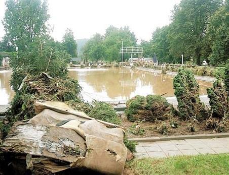 Ein Bild der Verwüstung bot das Freibad in Rochlitz. Im Becken sammelte sich die schlammige Brühe.