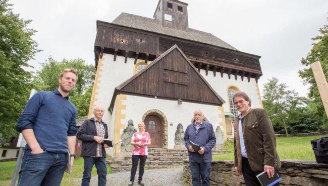 Pfarrer Andreas Lau, Johannes Stuhlemmer, Manuela Rösch, Johannes Rösch und Ingolf Georgi (v. l.) koordinieren die Vorbereitungen für das Jubiläum.