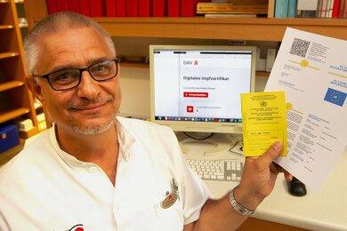 """Uwe Bauer von der Plauener Concordia Apotheke stellte sich gestern selbst einen digitalen Impfpass aus. Es folgten zahlreiche weitere Interessenten. Bevor er diese via Computerprogramm registrierte, musste er zunächst die Echtheit der gelben Ausweise prüfen. """"Manche fallen fast auseinander. Das sind wohl keine Fälschungen."""""""