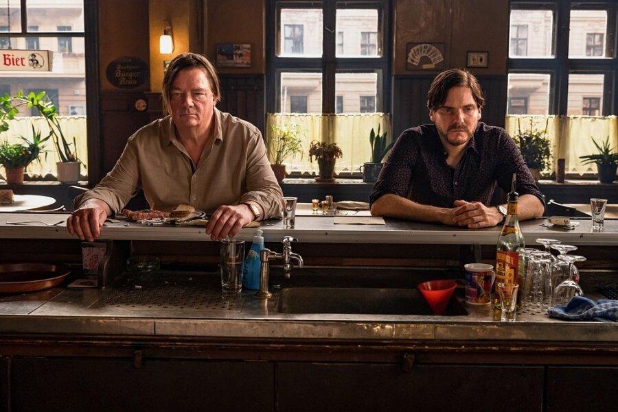 """Peter Kurth (links) als Bürger Bruno und Daniel Brühl als Filmstar Daniel in einer Szene des Films """"Nebenan""""."""