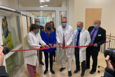 Sachsens Sozialministerin Petra Köpping (blaue Jacke), Ärzte und Verantwortliche des DRK-Krankenhaus Rabenstein haben am Montag den Neubau der Neonatologie eröffnet.