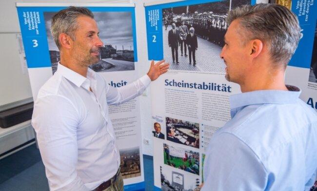 Bürgermeister Albrecht Spindler (l.) und Verwaltungsleiter Ulrich Hänel in der Ausstellung, die ab Montag im Vereinssaal zu sehen ist.