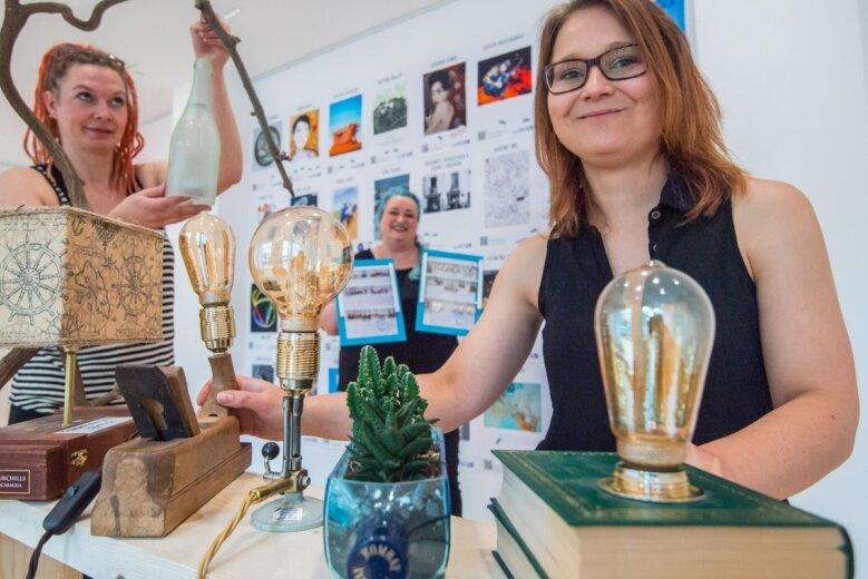 Upcyclingausstellung in der Galerie Ferdinart an der Hainstraße: Im Bild von links die Künstlerinnen Denise Quarch und Carola Thill-Morgner, rechts die Ausstellungsleiterin Sandra Göbel.