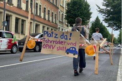 Protest für mehr ÖPNV und Fahrräder: Das Verkehrsbündnis Chemnitz machte am Samstag mit einer Aktion auf sich aufmerksam.
