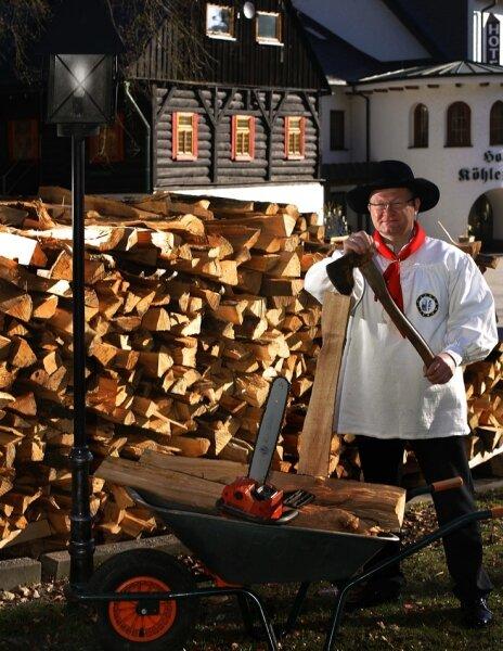 Rund 15 Raummeter Buchenholzscheite liegen vor der Köhlerhütte bereit. Heiko Schmidt und seine Köhlerfreunde werden ab 15. April einen Meiler aufbauen und 1000 Kilogramm Holzkohle herstellen.