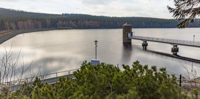Ein Bild, wie es sich Wanderern und Spaziergängern lange nicht mehr geboten hat: Die Talsperre in Cranzahl hat mit rund 2,85 Millionen Kubikmeter Wasser ihr Stauziel erreicht. Damit ist auch die Versorgungssituation mit Trinkwasser vorerst wieder stabilisiert.