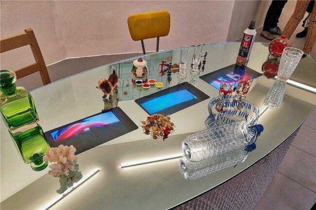 Der spiegelnde Tisch der Künstlerin Pipilotti Rist mit darauf laufenden Videos ist derzeit in Zwickau zu sehen.