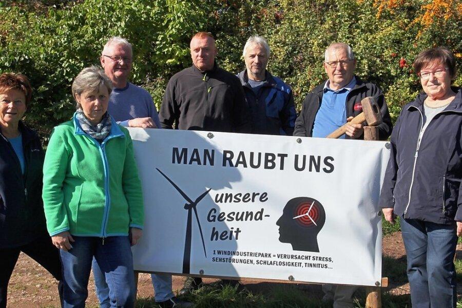 """Mitglieder der Bürgerinitiative """"Gegenwind"""" stellen an exponierten Stellen Transparente gegen den Bau von Windkraftanlagen auf."""