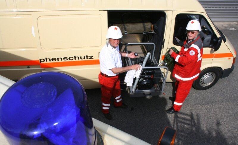 """<p class=""""artikelinhalt"""">Manfred Illgen (links) und Rolf Wartig sind Mitglieder der Einsatzgruppe Sanitätszug des DRK Döbeln-Hainichen. Hier betanken sie einen Notstromgenerator. </p>"""