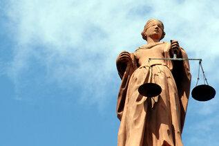 Richter verhängen Bewährungsstrafen für Rechtsextreme - Einer in Haft