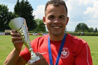 Yannik Schmalfuß vom Treuener LV hat den Sieg im 100-Meter-Sprint der Männer mit einer neuen Bestzeit garniert.