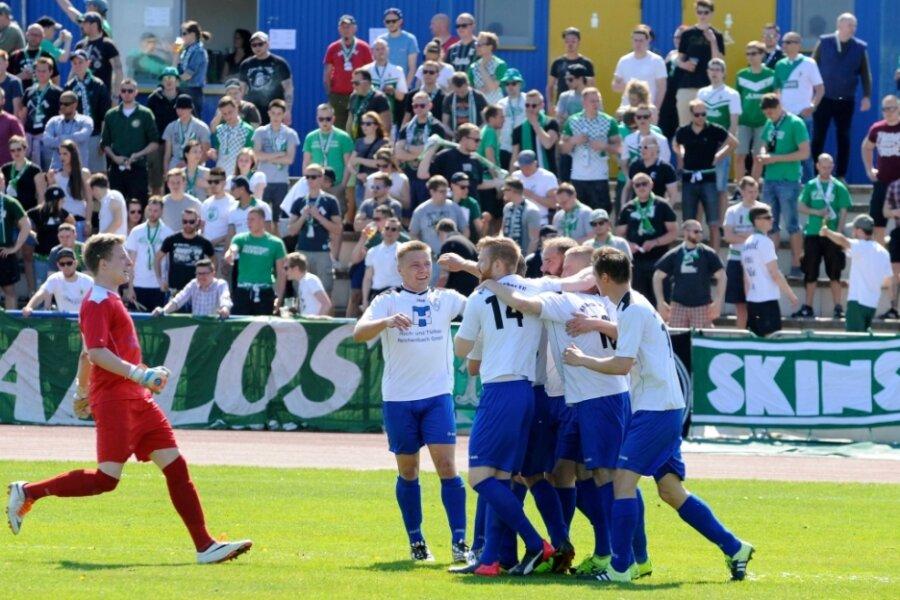 An das bisher einzige Gastspiel von Chemie Leipzig im Stadion am Wasserturm hat der RFC gute Erinnerungen. Als Paolo Süß (Zweiter von rechts in der Spielertraube) sein Team im Mai 2016 im Landesliga-Punktspiel 1:0 in Führung gebracht hatte, eilte sogar Torhüter Patrick Hettwer zum Jubeln über den gesamten Platz.