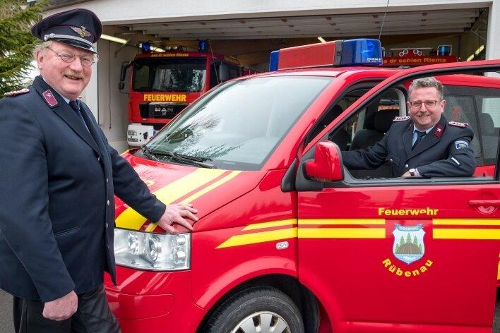 Von Heiko Fischer (l.) übernimmt Daniel Preißler die Leitung der Freiwilligen Feuerwehr Rübenau.