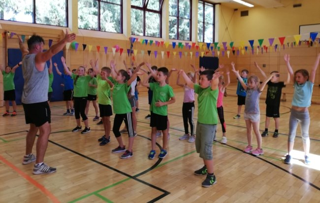 Der Leipziger Tanzpädagoge Michael Hirschel hat am Montagvormittag in der Turnhalle der Zschockener Grundschule die Mädchen und Jungen begeistert und Spaß an Bewegung vermittelt.