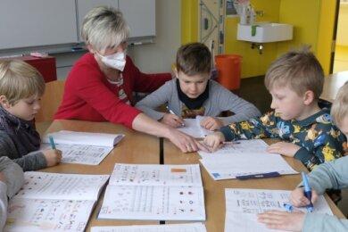 Notbetreuung in der Grundschule Hauptmannsgrün. Schulleiterin Undine Grimm mit Erstklässlern.