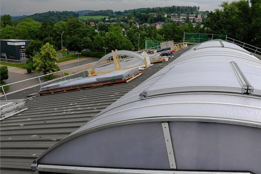 In Etappen sind die Teile für das neue Lichtband auf dem Dachfirst der Ritter-Georg-Halle in Schwarzenberg ersetzt worden.