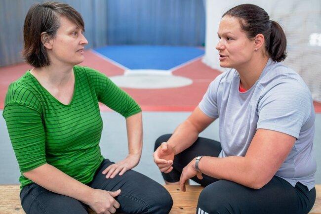 Psychologin Grit Reimann (l.) arbeitet seit mehreren Jahren mit Kugelstoß-Weltmeisterin Christina Schwanitz zusammen. Neben regelmäßigen Gesprächen gehören auch Besuche während des Trainings zum gemeinsamen Programm.