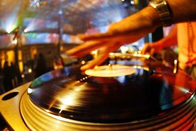 Tanzen und Schwitzen sind laut Coronaverordnung passé. Dürfen Nachtschwärmer hoffen, dass doch bald wieder Musikplatten aufgelegt werden?