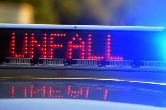 Zusammenstoß: Zwei Verletzte bei Unfall auf B 94