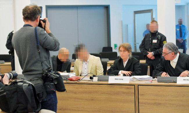 Der Angeklagte Alaa S. (2.v.l), der im Verdacht steht, an der tödlichen Messerattacke gegen Daniel H. in Chemnitz beteiligt gewesen zu sein, beim Prozess des Landgerichtes Chemnitz mit seinem Übersetzer und seinen Anwälten auf der Anklagebank.