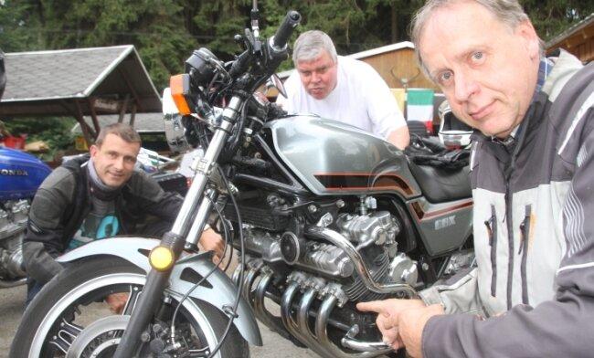 Aus Ostsachsen waren Frank Stephan (rechts) und Jens Weber (links) mit ihren Motorrädern zum von Alfred Mühlberg (hinten) organisierten Sechs-Zylindertreffen nach Waldfrieden gekommen.