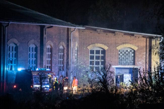 Ein Brand in einem Lokschuppen in Zwickau hat am Samstag die Feuerwehr auf den Plan gerufen.
