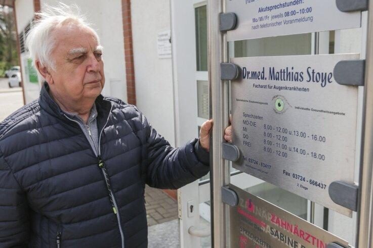 Patient Peter Barthold im Mai vor dem Eingang der noch geöffneten Augenarztpraxis in Burgstädt, die seit September geschlossen hat.