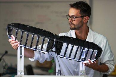Prozessingenieur Benjamin Schmidt präsentiert die mit LEDs beleuchtete BMW-Niere.