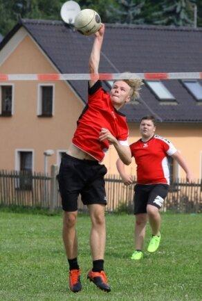 Der Glauchauer Leon Pauli streckte sich in den Spielen gegen St. Egidien vergeblich.