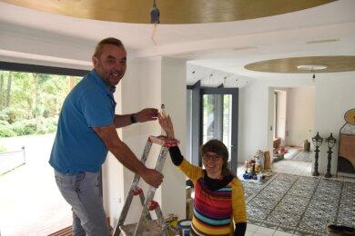 Machen die Gasträume fit: Helmut Schrenk und Anja Franke. Ihnen gehört das Haus. Hier soll nächstes Jahr der Betrieb mit einem neuen Konzept wieder aufgenommen werden.