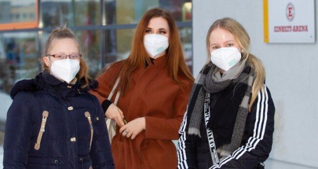 Wollten mit dem Test vor Schulbeginn am Montag auf Nummer sicher gehen (von links): Yvonne, Dena und Vivien, Abiturientinnen am BSZ Anne Frank. Ergebnis nach 15 Minuten bei den Plauenerinnen: negativ.