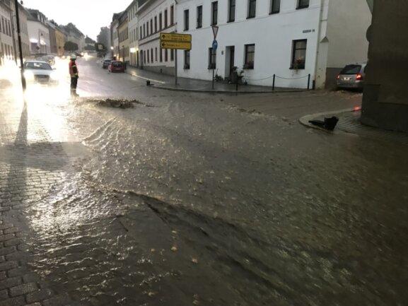 Auf der B171 in Zöblitz kam es streckenweise zu heftigen Überschwemmungen.