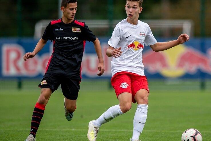 Im RB-Trikot in die Bundesliga: Tim Meyer (r.), hier im Duell der C-Junioren gegen Union Berlin, spielt seit 2019 in Leipzig.