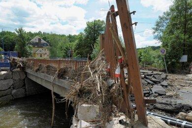 Beim Juni-Hochwasser 2013 in Mylau stauten sich an der oberen Brücke am Karl-Marx-Ring Treibgut und Wasser. Die Brücke (im Bild) wurde 2014 entfernt, aber die Engstelle im Flusslauf blieb.