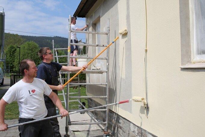Der Flachbau im Badgelände beherbergt unter anderem WC- und Umkleidebereiche. Auch hier sind Bauarbeiten erforderlich. Mit Malerarbeiten - wie hier 2018 durch die freiwilligen Helfer Kay Sieber (vorn), Raik Schwertl (Mitte) und Florian Unger - ist es dann nicht mehr getan.