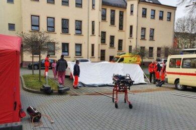 Dienstag war noch alles ruhig, als Mitarbeiter des DRK Rettungsdienstes Zelte für die neue Ambulanz am Paracelsus-Klinikum Reichenbach aufbauten.
