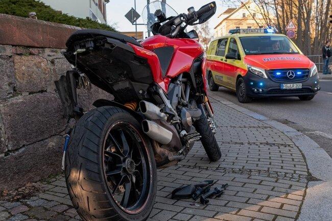 Der Motorradfahrer war einem Auto ausgewichen.