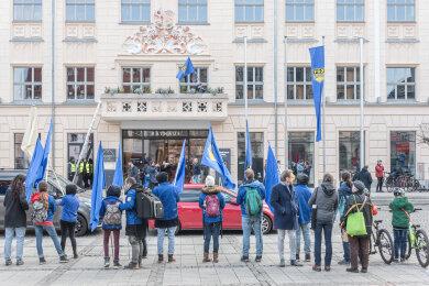 FDJ-Flaggen vor dem Rathaus und auf dem Rathausbalkon.