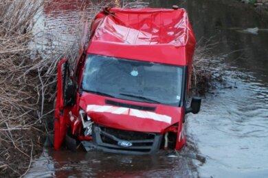 Besonderer Feuerwehreinsatz: Ein Transporter musste aus der Pleiße gezogen werden.