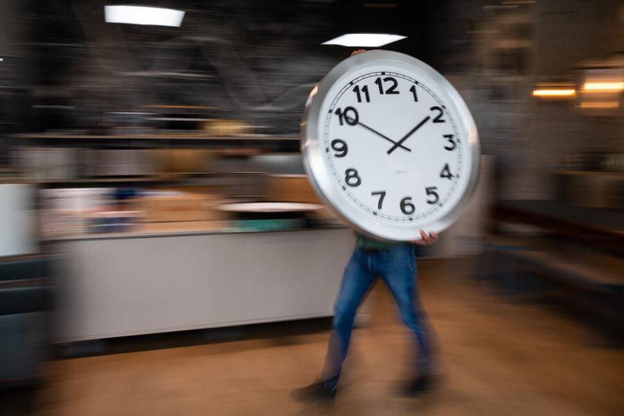 Die Zeitumstellung im Frühjahr und Herbst bringt manche Menschen tagelang aus dem Takt. Schlafstörungen, Müdigkeit und Konzentrationsprobleme können auftreten. Es ist wieder so weit.