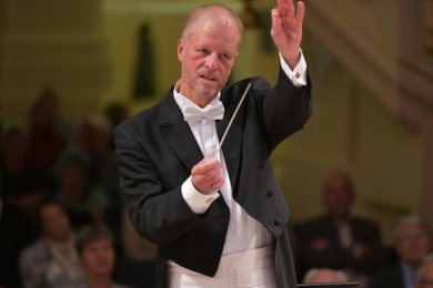 Der neue Generalmusikdirektor Jörg Pitschmann leitet das erste Sinfoniekonzert der Mittelsächsischen Philharmonie in Freiberg.